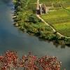 Herbstlaub des Weinbergspfirsich über der Mosel